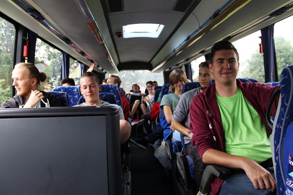 jongeren richting kartcentrum
